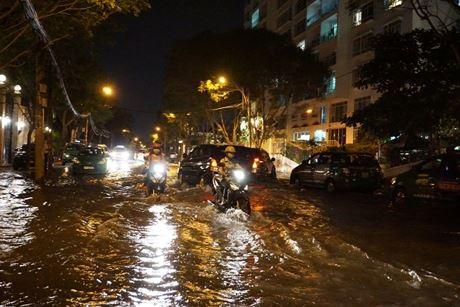 Tối ngày 6.11, triều cường đạt đỉnh 1,68 m khiến nhiều vùng trũng thấp ở TPHCM bị ngập nặng. Đường Nguyễn Văn Hưởng trong khu Thảo Điền (Q.2) ngập hơn nửa bánh xe máy