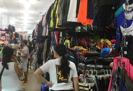 Hàng hóa chủ yếu là quần áo, giày dép.