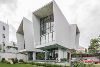 Ngôi nhà này được xây dựng tại Sài Gòn trên phần diện tích sử dụng lớn lên đến 900 m2, nằm tại một khu ngoại ô cách không xa trung tâm thành phố nên rất yên tĩnh và trong lành