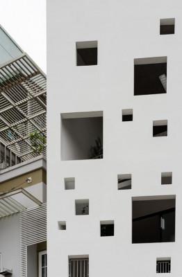 Ngôi nhà màu trắng nổi bật với hàng loạt ô vuông nhỏ chạy dọc từ mặt trước lên mái và ra phía sau nhà.