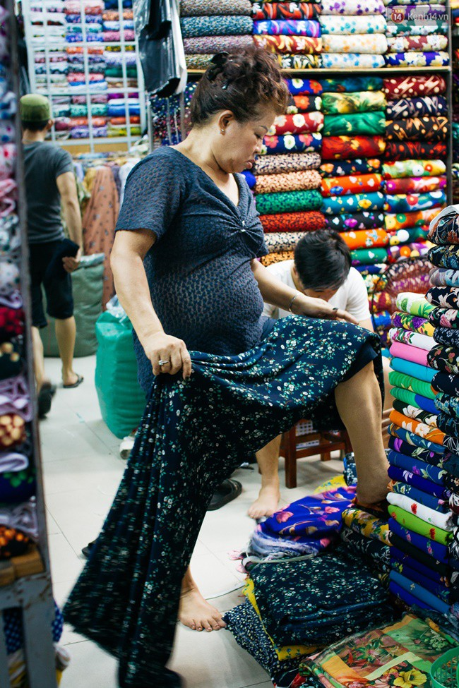Mỗi ngày, chợ bắt đầu hoạt động vào lúc 7h30 sáng, đến 4h30 chiều thì các tiểu thương bắt đầu xếp dọn vải, chuẩn bị đóng cửa.