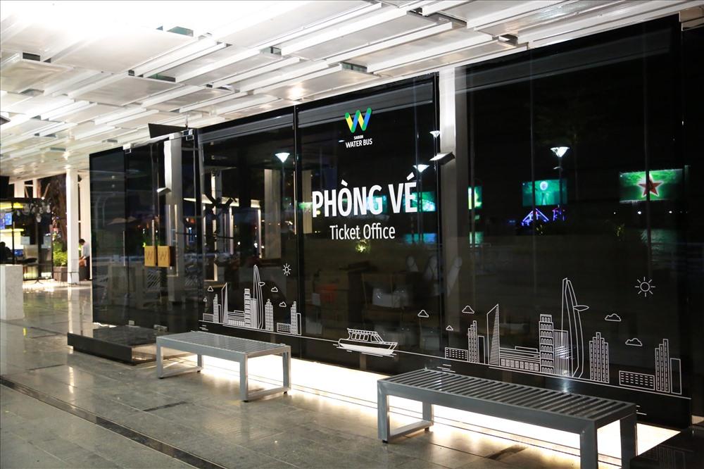 Khu vực bán vé được thiết kế hiện đại với những biểu tượng đặc trưng Sài Gòn năng động. Ảnh: Ngọc Tiến.