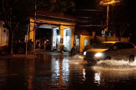 Hàng loạt khu biệt thự cao cấp ven sông Sài Gòn bị nước triều dâng cao chảy qua nhà rồi tràn xuống đường Nguyễn Văn Hưởng.