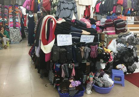 """Người ta treo bảng """"bộ giữ nhiệt, quần áo giữ nhiệt"""" để nói rõ công dụng của hàng hóa đang bán."""