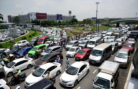 Theo chuyên gia, giao thông công cộng mới là giải pháp cho tình trạng kẹt xe tại sân bay Tân Sơn Nhất. Ảnh:Lê Quân.