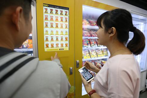 Chọn sản phẩm tại cửa hàng tiện lợi bằng màn hình cảm ứng