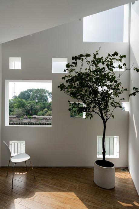 Các ô cửa không cùng kích thước nên không nhàm chán. Bóng nắng đổ qua khung cửa sổ vào nhiều thời điểm khác nhau tạo bức tranh lung linh và đa dạng.