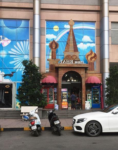Một cửa hàng lưu niệm mang phong cách Nga. Ngoài quần áo, ở đây, du khách có thể tìm thấy đồ lưu niệm theo phong cách Nga để tặng người thân.