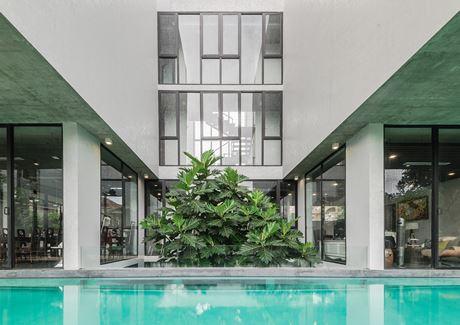 Ngôi nhà này lấy cảm hứng từ những nhà hát hiện đại, với cấu trúc bất đối xứng giữa không gian tầng trệt và tầng trên. Kiến trúc bên trong của ngôi nhà cũng được thiết kế phù hợp để đảm bảo không gian thưởng thức và chơi nhạc cho gia chủ.