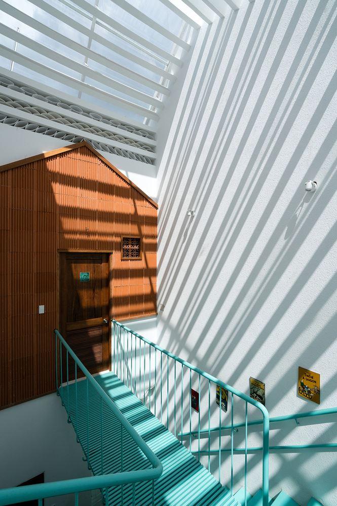 Giếng trời được thiết kế  bên cạnh cầu thang tạo không gian thông thoáng và ánh sáng cho từng căn hộ nhỏ.