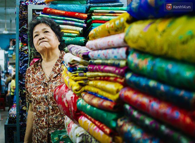 Nét đặc biệt nhất là mỗi sạp ở chợ vải này sẽ chuyên bán một loại vải riêng nhất định chứ không bán đại trà. Do vậy, khách mua hàng chỉ cần hỏi một sạp bất kỳ, mô tả loại vải mình muốn mua thì sẽ được các chủ tiệm niềm nở chỉ dẫn nhiệt tình.