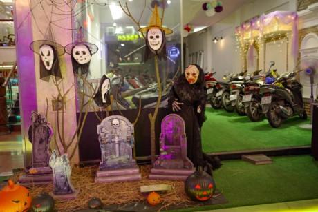 Các nhà hàng tại đường Bùi Viện trang trí cho ngày Halloween thật bắt mắt