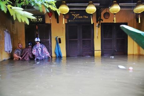 Nước dâng cao ngập nhà dân. Ảnh: Na Sơn