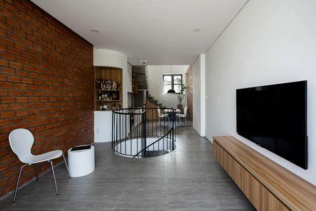 Diện tích nhỏ nên vật dụng phòng khách cũng giản đơn.
