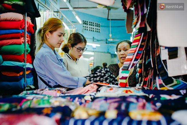 """Và chính đặc trưng riêng ấy đã khiến bao vị khách phải ngẩn ngơ khi vô tình ghé ngang qua """"con đường tơ lụa"""" này. Chợ Soái Kình Lâm đã trở thành địa điểm mua sắm quen thuộc không chỉ của người dân Sài Gòn, mà còn của nhiều người đến từ các tỉnh lân cận."""