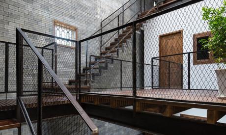 Bêtông chi phối nội thất và tạo ra một bầu không khí giống như một tu viện được đánh dấu bởi sự đơn giản.