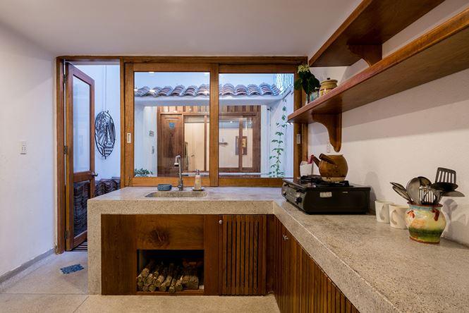 Khu vực bếp được đặt ở tầng 2 của ngôi nhà.