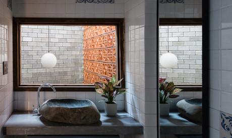 Được chia thành nhiều khối, dự án này có chức năng cho phép ánh sáng tự nhiên thâm nhập vào các phòng trên cả bốn tầng nhà.