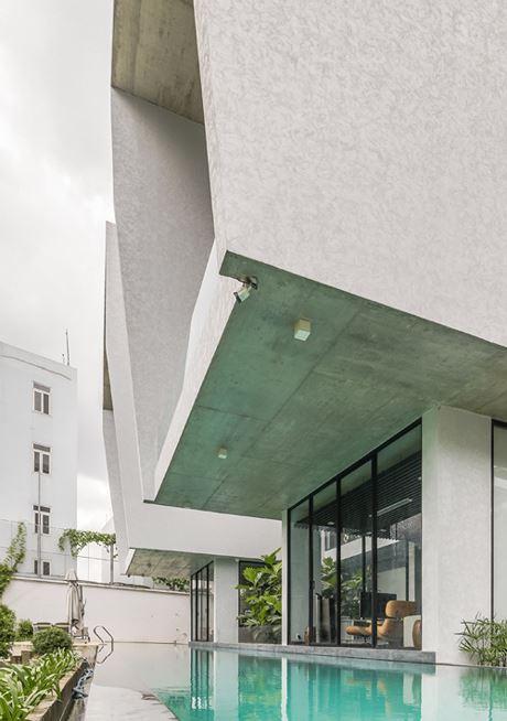 Kết cấu bê tông được các kiến trúc sư lựa chọn để phù hợp với thời tiết nóng ẩm và mưa nhiều quanh năm ở Sài Gòn. Các khối bê tông chắc chắn nhưng không gây cảm giác bức bí nhờ sự bố trí phù hợp hệ thống kính, cây xanh và bể bơi xung quanh nhà.
