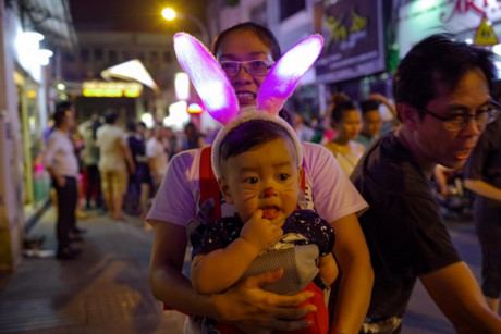Một em bé hóa trang thỏ bông cực cute.
