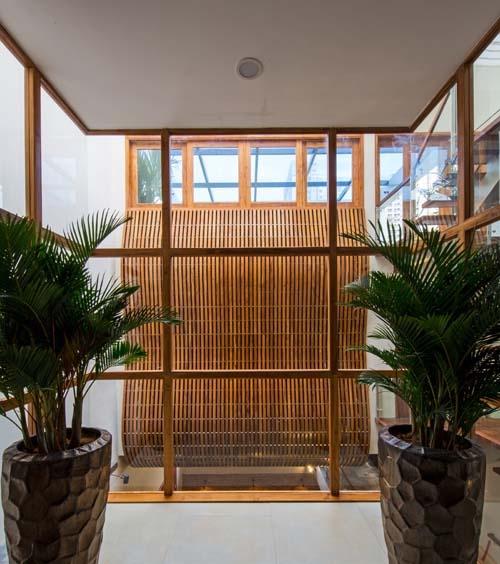 """Chị Linh Chi cho biết, vốn dĩ họ chọn loại gỗ này là muốn căn nhà được bảo vệ một cách tốt nhất, dù phải bỏ một chi phí vô cùng lớn. """"Chúng tôi thường xuyên đi du lịch, đi công tác thì việc bảo vệ an toàn cho căn nhà là vô cùng cần thiết"""", chị Chi nói."""