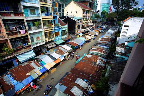 Chợ Cũ và khu vực chung quanh là nơi tập trung nhiều nhất các cơ sở buôn bán của người Hoa, Việt và Ấn ở trung tâm thành phố Sài Gòn
