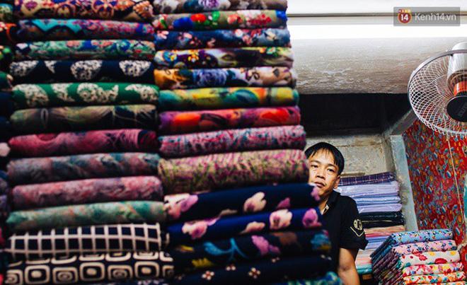 Các loại vải được bán tại chợ khá đa dạng, từ bình dân như vải thun chỉ vài nghìn đến các loại vải cao cấp như gấm, lụa có giá vài trăm nghìn một thước vuông. Khu chợ này đã trở thành thiên đường của vải vóc, không nơi nào nhiều hơn và không nơi đâu rẻ hơn, sẵn sàng làm hài lòng những vị khách khó tính nhất.
