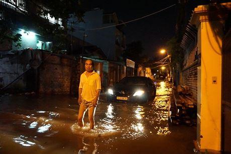 Người dân trong khu Thảo Điền bì bõm lội nước ngập.