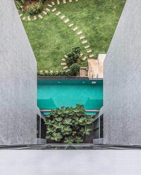 Giữa hai khối nhà kết nối với nhau bởi sảnh cầu thang với phần sân vườn nhỏ đặt các khóm cây cảnh lớn để tạo cảm giác cân bằng và dễ chịu.
