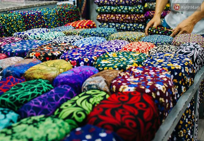 """Không chỉ thế, ngoài các loại vải thông dụng, Soái Kình Lâm còn sở hữu loại vải khó tìm để may những bộ trang phục biểu diễn sân khấu, mừng thọ, cưới hỏi, giỗ tổ các làng nghề… nên tạo được sự khác biệt, ít """"đụng hàng"""" hơn so với những khu chợ khác."""