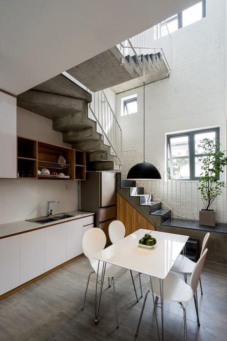 Phòng bếp nhỏ có cửa sổ lấy ánh sáng và gió trời.