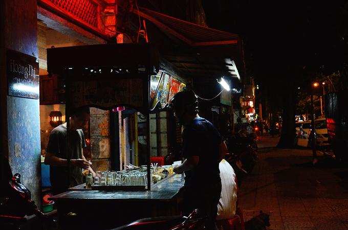 Xe chè nằm trên con đường Nguyễn Thái Bình (quận 1) không lúc nào vắng xe cộ. Theo lời chú Hưng, người chủ hiện tại thì nơi này mở cửa buôn bán từ năm 1958, do chú của chú Hưng, là ông Lâm Vinh Mậu đứng bán. Hai anh em chú Hưng tiếp quản xe chè từ khi người chú sang nước ngoài định cư, đến nay ngót nghét cũng hơn 20 năm.