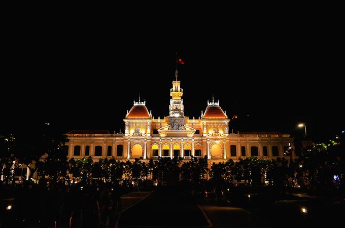 Trụ sở UBND TP HCM Được xây dựng từ năm 1898 đến 1909 do kiến trúc sư Femand Gardès thiết kế dựa theo những lầu chuông ở miền bắc nước Pháp, Trụ sở UBND TP HCM là một trong những công trình kiến trúc cổ kính nổi tiếng ở Sài Gòn hiện nay. Thời Pháp thuộc, tòa nhà này có tên tiếng Pháp là Hôtel de ville hay Dinh xã Tây trong tiếng Việt. Dưới thời Việt Nam Cộng hòa, tòa nhà được gọi là Tòa đô chánh Sài Gòn, là địa điểm làm việc của các quan chức cấp cao và diễn ra các cuộc họp của chính quyền nội đô. Từ sau 30/4/1975 đến nay, tòa nhà trở thành nơi làm việc của UBND TP HCM. Nằm ở trung tâm Sài Gòn và ngay đầu phố đi bộ Nguyễn Huệ, tòa nhà cũng trở thành một trong những biểu tượng mang nét riêng của thành phố trong mắt du khách.