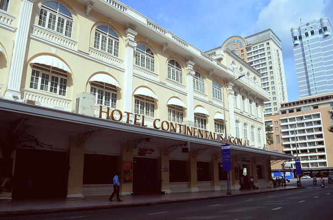 """Khách sạn Continental Khách sạn được ông Pierre Cazeau, một nhà sản xuất vật liệu xây dựng người Pháp khởi xây vào năm 1878 và hoàn thành 2 năm sau đó. Trước năm 1975, khách sạn trải qua thêm 2 đời chủ mới lần lượt là Công tước De Montpensier (năm 1911) và """"tay anh chị"""" đảo Corse – Mathieu Francini (năm 1930). Đến những thập niên 1960 – 1970, chính phủ Việt Nam lâm thời bắt các cơ sở thương mại phải dùng bảng hiệu tiếng Việt nên khách sạn còn có tên là """"Đại Lục Lữ Quán"""". """"Đại Lục Lữ Quán"""" từng tiếp đón nhiều nhân vật nổi tiếng như đại văn hào Pháp André Malraux, văn hào Anh Graham Greene - tác giả quyển Người Mỹ trầm lặng, nhà thơ Ấn Độ Rabindranath Tagore – Giải Nobel văn chương 1913. Bên cạnh đó, khách sạn cũng là nơi lui tới thường xuyên của nhiều ký giả, nhà báo, chính khách và thương gia ngoại quốc hoạt động ở Sài Gòn trong thời chiến. Ngày nay, khách sạn là một trong những tòa nhà lâu đời bậc nhất của Sài Gòn. Nhưng nét kiến trúc xưa với mái ngói đỏ, bức tường gạch, trần nhà cao và phòng khách rộng rãi vẫn được giữ nguyên."""