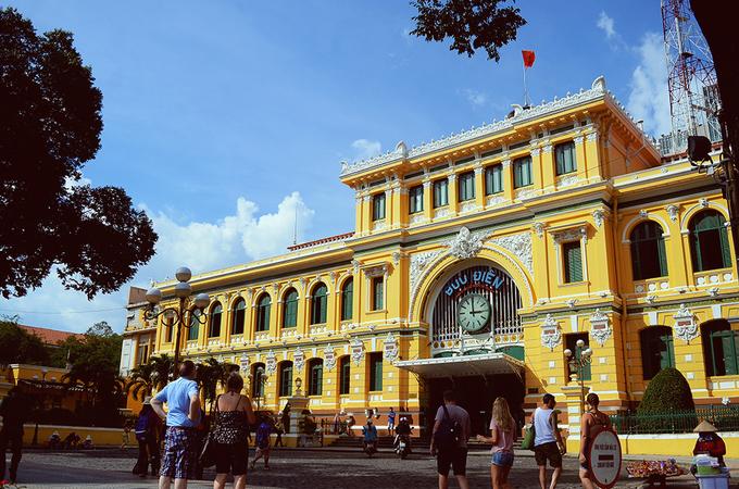 Bưu điện Thành phố Tọa lạc tại Công trường Công xã Paris (quận 1), Bưu điện trung tâm Sài Gòn được người Pháp xây dựng trong khoảng 1886 – 1891. Kiến trúc của Bưu điện mang phong cách châu Âu kết hợp với nét Á Đông theo bản vẽ của kiến trúc sư Villedieu cùng với người trợ tá Foulhoux. Bảo tàng nằm gần Nhà thờ Đức Bà, Dinh Độc Lập và một trung tâm mua sắm tạo nên một khu vực tham quan hấp dẫn giữa trung tâm Sài Gòn ngày nay.