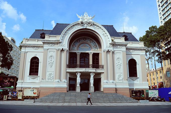 Nhà hát Thành phố Sau khi chiếm được Nam Kỳ vào năm 1863, chính quyền Pháp đã mời một đoàn nghệ sĩ sang biểu diễn tại Sài Gòn. Lúc đó, đoàn hát phải biểu diễn tạm tại một căn nhà gỗ của dinh Thủy sư đề đốc tại Công trường Đồng Hồ, cũng là góc đường Nguyễn Du – Đồng Khởi hiện nay. Sau đó ít lâu, một nhà hát tạm được xây lên tại vị trí khách sạn Carevelle bây giờ. Đến năm 1898, Nhà hát TP HCM hay gọi tắt là Nhà hát Thành phố hoặc Nhà hát Lớn được khởi công ngay cạnh nhà hát tạm trước đó và khánh thành vào ngày 1/1/1900. Đây được coi là công trình tiêu biểu và tốn kém nhất ở Sài Gòn thời Pháp thuộc, do kiến trúc sư Ferret thiết kế. Hiện nay, Nhà hát Lớn là nơi tổ chức biểu diễn sân khấu chuyên nghiệp như opera, múa ba lê, ca nhạc, kịch nói, cải lương... cho tất cả các đoàn nghệ thuật trong và ngoài nước.