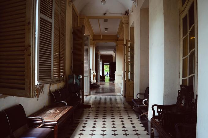 Bảo tàng TP HCM Tòa nhà do kiến trúc sư Pháp - Foulhoux thiết kế, khởi công xây dựng từ năm 1885 và hoàn thành vào 1890. Chủ trương ban đầu của tòa nhà là Bảo tàng Thương mại, trưng bày những sản vật trong nước nhưng khi xây xong, tòa nhà trở thành tư dinh của Thống đốc Nam kỳ. Ngày 12/9/1978, UBND Thành phố quyết định sử dụng toà nhà này làm Bảo tàng Cách mạng TP HCM, đến ngày 13/12/1999 đổi tên thành bảo tàng TP HCM như hiện nay. Tòa nhà có phong cách kiến trúc gothique với phần mái mang dáng dấp kiến trúc Á Đông. Từng chi tiết nhỏ của bảo tàng đều tinh xảo và có tính thẩm mỹ cao. Ngày nay, ngoài tham quan và tìm hiểu kiến thức lịch sử, nhiều bạn trẻ còn tìm đến bảo tàng để chụp những bộ ảnh cưới, hoặc ghi lại khoảnh khắc đẹp.
