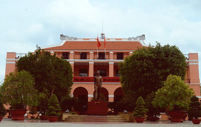 """Bến Nhà Rồng Bến Nhà Rồng hay Bảo tàng Hồ Chí Minh được xây dựng từ năm 1862 và hoàn tất trong hai năm với """"nhiệm vụ"""" ban đầu là một thương cảng lớn của Sài Gòn. Cũng tại nơi đây, một sự kiện đặc biệt trong lịch sử Việt Nam đã diễn ra. Ngày 5/6/1911, người thanh niên mang tên Nguyễn Tất Thành đã theo con tàu Amiral Latouche Tréville tìm đường sang châu Âu, tìm đường cứu nước. Do đó, từ năm 1975 tòa thương cảng này được Chính phủ trùng tu lại và trở thành khu lưu niệm Hồ Chí Minh. Hầu như toàn bộ kiến trúc xưa của tòa trụ sở thương cảng Nhà Rồng vẫn còn nguyên vẹn cho đến hiện tại, trở thành điểm tham quan nổi tiếng."""