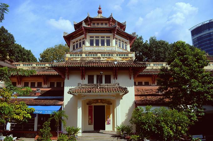 """Bảo tàng Lịch sử Việt Nam – Hồ Chí Minh Bảo tàng được xây theo lối kiến trúc """"Đông Dương cách tân"""", do kiến trúc sư người Pháp Delaval thiết kế. Lúc khởi xây vào năm 1926, công trình dự kiến làm Viện Triển lãm Lúa gạo (Musés du Riz), sau là Viện Triển lãm Kinh tế (Musés économique), nhưng cuối cùng lại quyết định làm Bảo tàng Blanchard de la Brosse vào tháng 11/1927. Tuy vậy, bảo tàng vẫn chưa mở ra cho dân chúng tham quan. Đến ngày 1/1/1929, chính quyền Nam Kỳ mới khánh thành Bảo tàng Blanchard de la Brosse và đón những lượt khách đầu tiên. Trong quá khứ, bảo tàng đã có rất nhiều lần đổi tên nhưng chức năng vẫn không thay đổi: Gia Định Bảo tàng viện năm 1945, Viện bảo tàng Quốc gia Việt Nam năm 1956, Bảo tàng Lịch sử TP HCM năm 1979, và đổi thành Bảo tàng Lịch sử Việt Nam – Hồ Chí Minh vào năm 1987 cho đến nay. Với lịch sử hơn 100 năm, đây là nơi lưu giữ, bảo quản và trưng bày cổ vật; là nơi học tập, nghiên cứu các di sản văn hóa. Tòa nhà còn là một minh chứng điển hình cho vẻ đẹp của kiến trúc mang phong cách Đông Dương tại Sài Gòn: sự kết hợp hài hòa giữa bản sắc văn hóa của Việt Nam và phong cách Tân cổ điển của Pháp."""