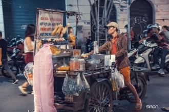 Trong cái lạnh se se của những ngày cuối năm Sài Gòn, ai nấy đều ủ ấm trong chiếc áo dày dạo phố, vui chơi. Đâu đó vẫn còn những con người áo mỏng phong phanh tất bật ngược xuôi.
