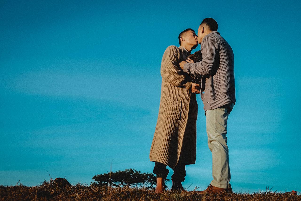 Cặp đôi Adrian Anh Tuấn – Sơn Đoàn trao nhau những cử chỉ yêu thương.