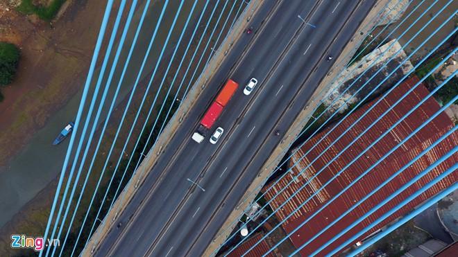 Cầu dài hơn 2.000 m, rộng 27,5 m, có 6 làn xe cơ giới, hai làn xe thô sơ,cho phép 100.000 lượt xe lưu thông mỗi ngày.