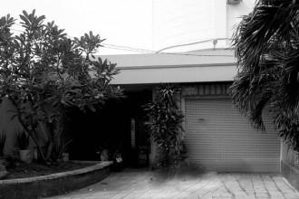 Nằm trong khuôn viên của một biệt thự tại quận 8 (TP HCM) là một garage được xây dựng cách đây 7 năm nhưng đang bị bỏ không. Số lượng thành viên trong gia đình tăng lên nên chủ đầu tư có nhu cầu biến garage thành nơi ở cho cặp vợ chồng mới cưới