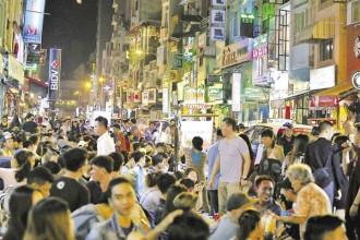 Một ngày đầu tháng 11, chúng tôi đến phố đi bộ Bùi Viện trong vai là một vị khách. Trời vừa nhá nhem tối, phố đi bộ đã lên đèn sáng trưng, hàng nghìn người bắt đầu lấp kín các quán bia, quầy bar. Cách đây khoảng chục năm, đường Bùi Viện hầu như chỉ dành cho khách nước ngoài do giá cả đồ ăn thức uống khá cao nhưng giờ thì khác, ở một số quán, lượng khách là người Việt lấn át hẳn số khách người nước ngoài.