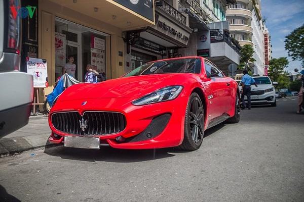Chiếc Maserati GranTurismo Sport với ngoại thất mà đỏ rực xuất hiện trên phố Sài Gòn cuối tuần qua.