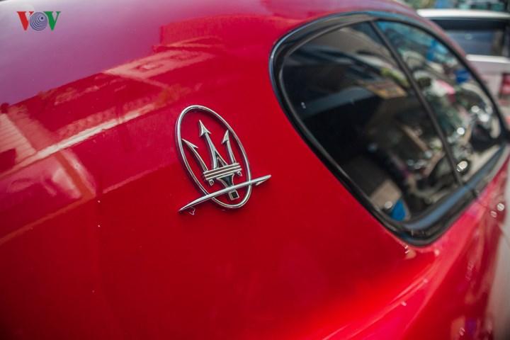 """Biểu tượng """"Cây đinh ba"""" quen thuộc của Maserati được gắn trên sườn sau của xe."""