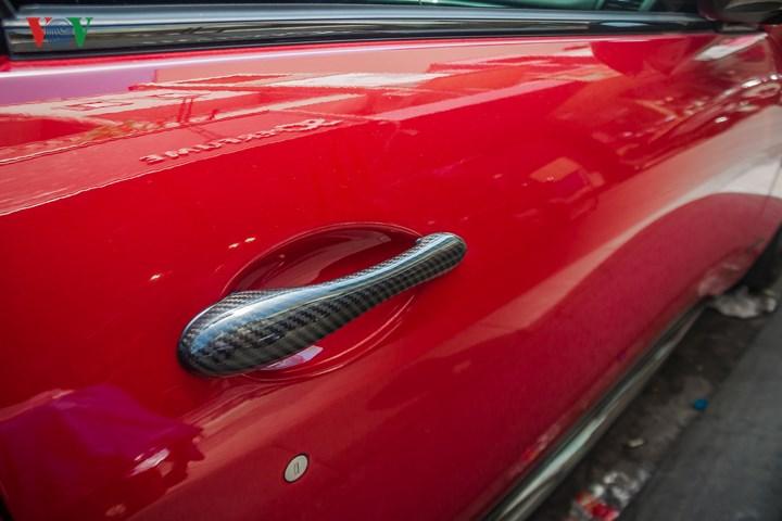 Nhiều chi tiết làm từ sợi carbon được sử dụng cả trong và ngoài xe.