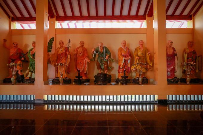 Hai bên tả hữu chánh điện thờ 18 pho tượng La Hán.