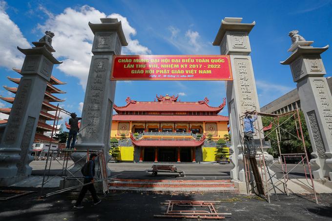 Cổng chùa Việt Nam Quốc Tự đang gấp rút hoàn thiện. Việt Nam Quốc Tự được xây dựng từ năm 1963, sau cuộc đấu tranh bất bạo động phản đối chính sách bất bình đẳng tôn giáo tại miền Nam. Đồ án mới xây xong tòa tháp 7 tầng và một dãy Tăng xá nhưng chưa hoàn thành trọn vẹn. Sau năm 1975, diện tích nhà chùa bị thu hẹp còn hơn 3.700 m2 để nhường đất cho các công trình công ích khác. Ba năm trước, TP HCM thu hồi và bàn giao lại hơn 7.200 m2 cho Việt Nam Quốc Tự xây chánh điện và các hạng mục khác.