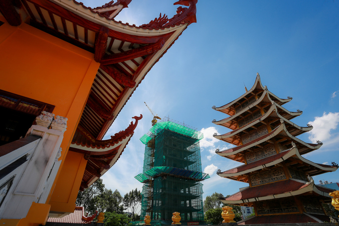 """Điểm nhấn của ngôi chùa là bảo tháp 13 tầng, cao 63 m, sẽ được hoàn thành dịp Tết Nguyên đán 2018. """"Nơi đây sẽ tôn thờ xá lợi trái tim bất diệt của Bồ tát Thích Quảng Đức, đồng thời sẽ trưng bày các tư liệu về cuộc đấu tranh bất bạo động của Phật giáo vì hòa bình và bình đẳng tôn giáo tại miền Nam năm 1963"""", Hòa thượng Thích Trí Quảng, Trưởng ban trị sự Giáo hội Phật giáo TP HCM, cho biết."""